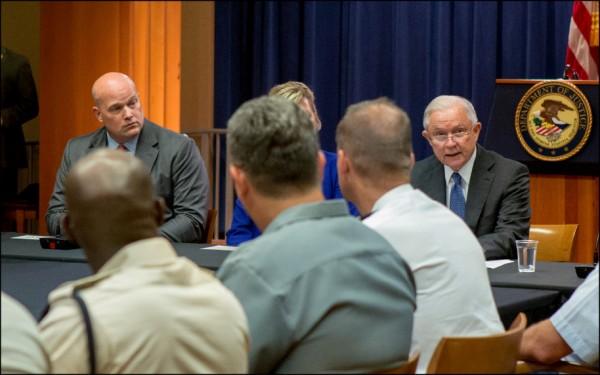 美國總統川普七日要求司法部長塞森斯(右)自請下台,並隨即宣布由塞森斯的幕僚長惠塔克(左)出任代理部長。圖為塞、惠二人今年八月在司法部出席一場與外國聯絡官的討論會。(路透)