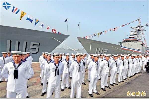 派里級巡防艦銘傳號(右)、逢甲號(左)軍艦昨日舉行成軍典禮。(記者簡榮豐攝)