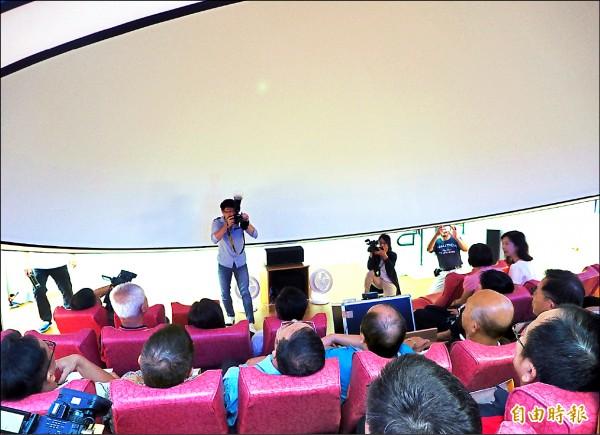 旭光高中科學館星象教室,擁有圓頂三百六十度環繞螢幕。(記者陳鳳麗攝)