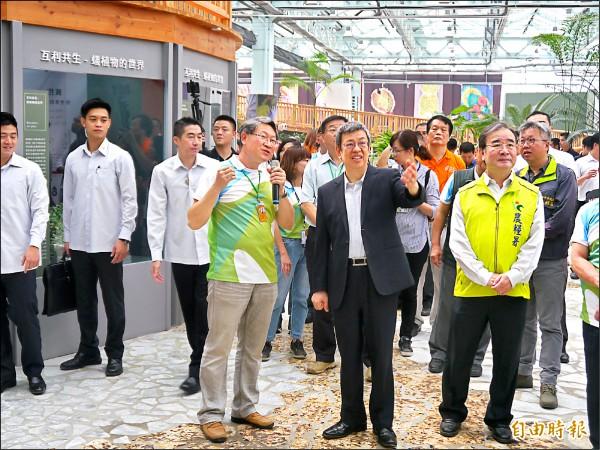 副總統陳建仁(右二)參訪智農館。(記者張軒哲攝)