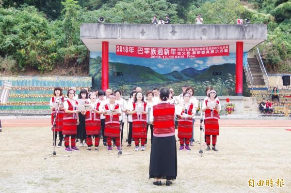 巴宰族齊聚三義,在傳統歌舞陪伴下過新年。(記者蔡政珉攝)