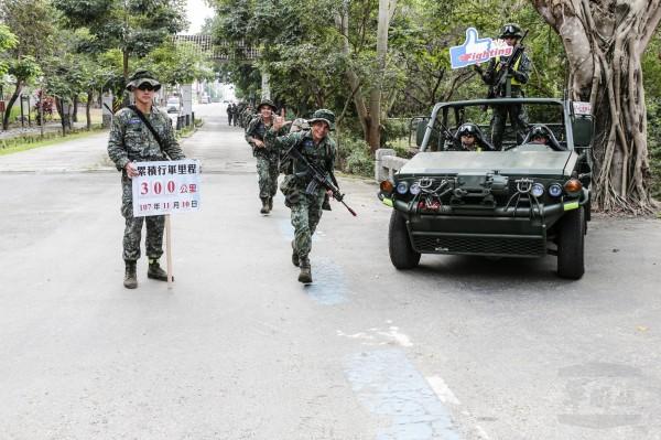 陸軍特指部特2營山隘行軍今天突破300公里。(軍聞社提供)