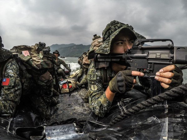 特2營山隘行軍訓練10日進行水域特種作戰訓練。(軍聞社提供)