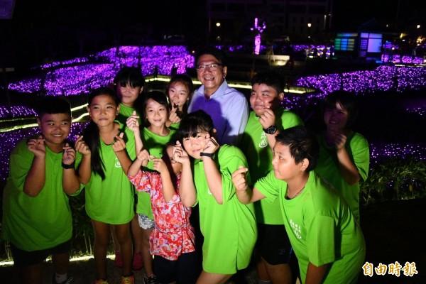 四重溪溫泉季紫色薰衣草燈海絕美,潘孟安都忍不住拍照。(記者蔡宗憲攝)
