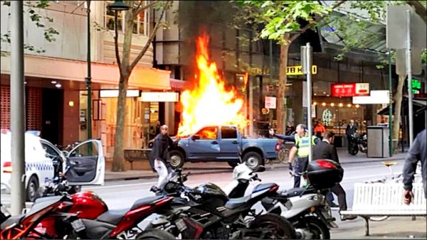 男子先是開車衝撞當地塔吉特商場,導致車輛起火燃燒。(取自網路)