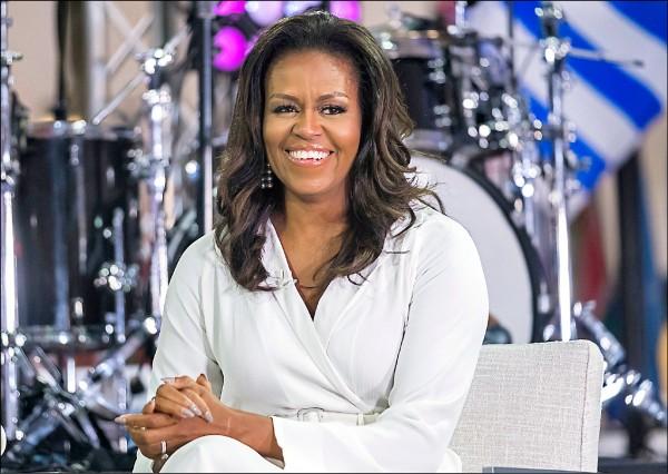 美國前第一夫人蜜雪兒‧歐巴馬在即將出版的回憶錄中,痛批現任總統川普曾大力炒作其夫婿歐巴馬的出生地疑雲,導致其家人安全堪虞,表示絕不原諒川普。圖為她十月接受媒體訪問。(美聯社)