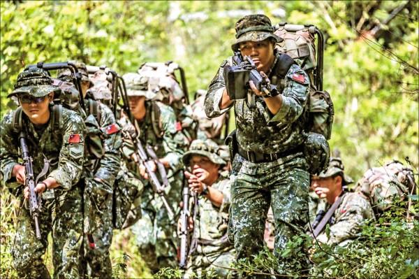 國防部為提振部隊士氣,決調高戰鬥部隊加給,政院點頭後就可開始實施。圖為陸航特特2營官兵進行山隘行軍訓練。 (取自陸軍司令部臉書)