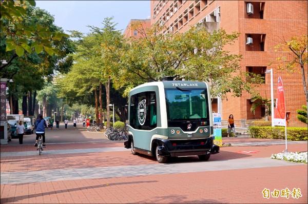 自駕小巴EZ10,即日起3天在成功大學光復校區免費搭乘體驗。(記者劉婉君攝)