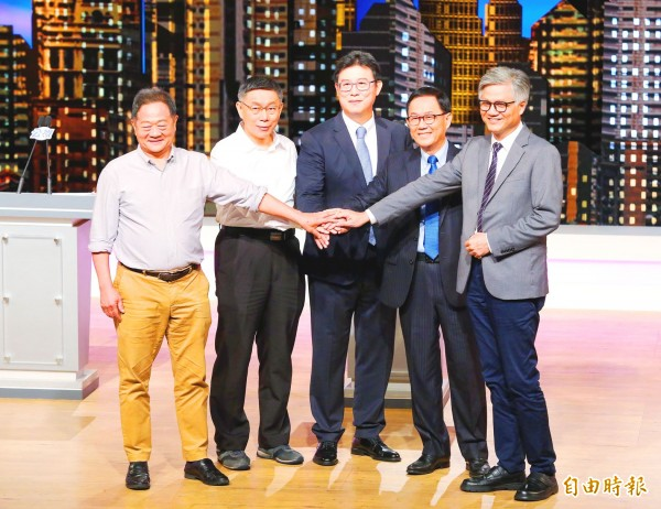 From left, independent Taipei mayoral candidate Li Hsi-kun, Taipei Mayor Ko Wen-je, the Democratic Progressive Party's candidate Pasuya Yao, the Chinese Nationalist Party's (KMT) candidate Ting Shou-chung and independent candidate Wu E-yang join hands ahead of a televised debate in Taipei yesterday. Photo courtesy of the Public Television Service