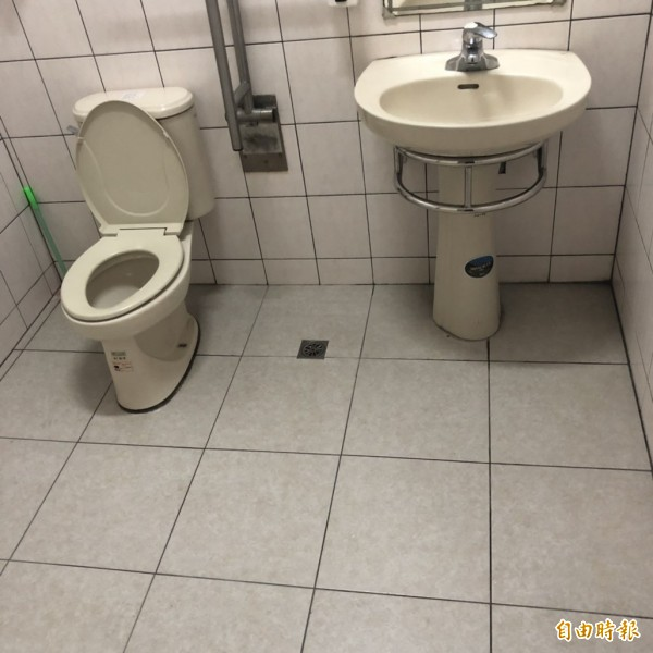 林姓男童陳屍在浴廁的馬桶邊,現場空盪盪空無一物,只有尿糞伴身。(記者劉慶侯攝)