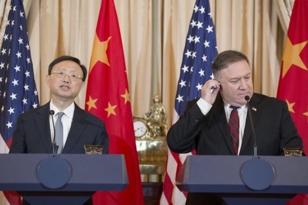 美國國務卿龐皮歐(右)和中共中央外事工作委員會辦公室主任楊潔篪(左)。(歐新社)