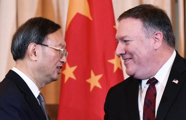 此次美中外交安全對話在台灣問題上,成為美國的「一中政策」和中國「一中原則」的較勁的場合。圖為美國國務卿龐皮歐(Mike Pompeo,右)和中共中央政治局委員楊潔篪(左)。(法新社)