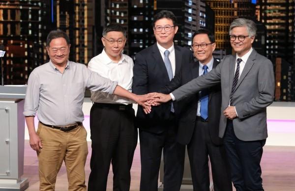 今天下午登場的台北市長選舉電視辯論,台北市長柯文哲於提問階段,批判「藍、綠兩黨除了統獨以外,其他都相同,這是台灣政治一直沒有辦法改變的根本原因」。(公視提供)