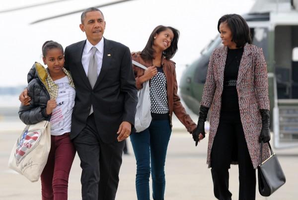 美國前總統歐巴馬(左二)的妻子蜜雪兒(Michelle Obama,右一),在回憶錄自爆兩個女兒全都是人工授精而來的。(法新社)