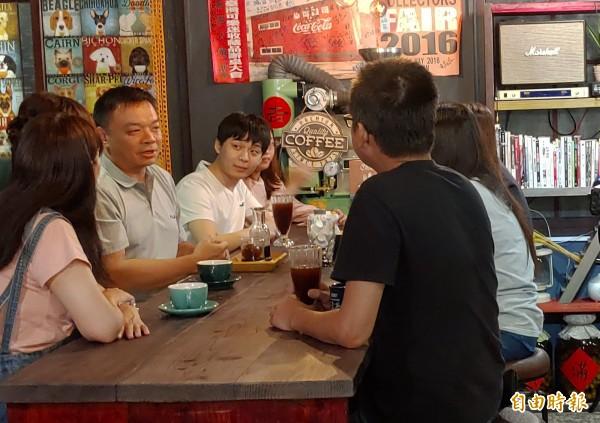 高思博(左二)推「可負擔住宅」,要讓年輕人在台南好成家。(資料照)