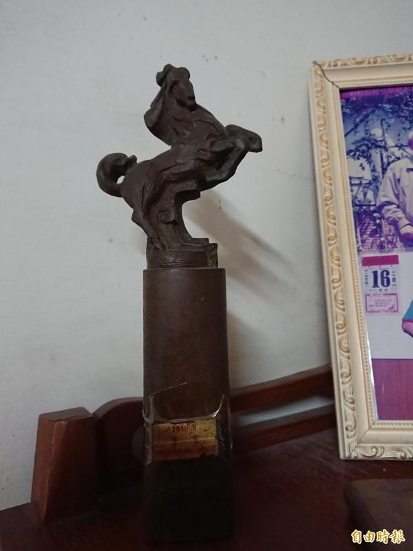 李安金馬獎座放在老家。(記者洪瑞琴攝)