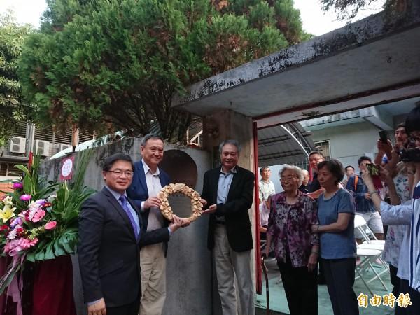 李昇校長名人故居掛牌儀式。代理市長李孟諺(左1)及李安(左3)、李崗(左2)與家人共同出席見證。(記者洪瑞琴攝)