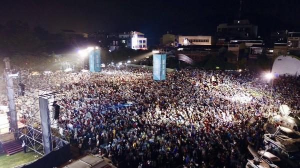 民進黨高雄市長候選人陳其邁今天(11日)在旗山體育場舉辦旗美大團結造勢晚會,現場至少湧入3萬名熱情支持者。(陳其邁競選辦公室提供)