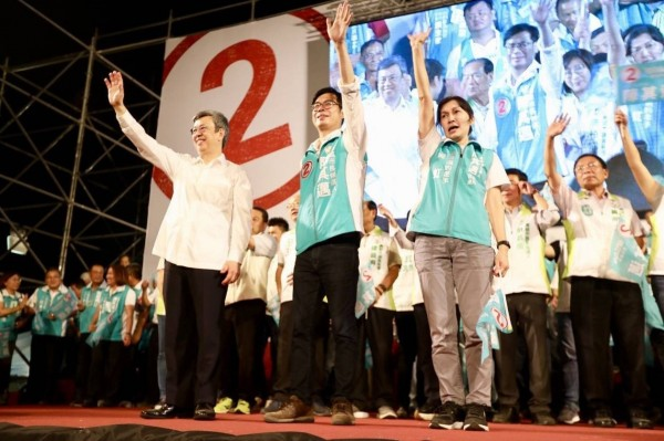 副總統陳建仁(左)站台掛保證,民進黨高雄市長候選人陳其邁(中)可以帶領高雄繼續邁進,成為經濟首都。(陳其邁競選辦公室提供)
