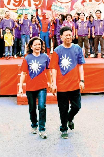 嘉義市副議長郭明賓(右)涉嫌賄選,於六日前往中國。圖為三日成立競選總部時,與妻子穿國旗裝亮相。(翻攝郭明賓臉書)