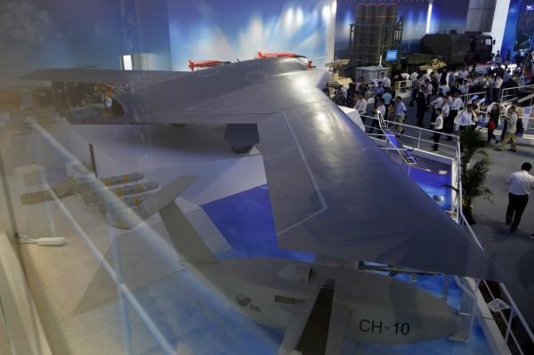 中方稱「彩虹-7」(見圖)的部分性能與美國X-47B相近,可在高危險環境下執行偵察、作戰支援、導引其他武器打擊高價值目標等;目前預計首次的試飛將在2019年底進行。(美聯社)