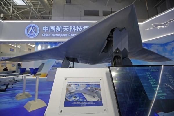 由中國彩虹無人機公司研製,目前是中國最新型的大型隱形飛翼無人機「彩虹-7」(見圖),珠海航展受到極大的關注,它的機長10公尺、翼展22公尺、飛行速度最高可達每小時800公里、飛行高度最高可至海拔1萬3000公尺。(美聯社)