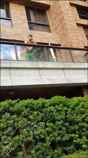 李威德落網前還開直播,從陽台上拍攝警方在樓下的部署行動,分享給觀賞的網友。(記者余衡翻攝)