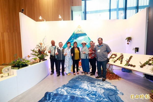 帛琉第一夫人雷黛比(左四)至花舞館參觀國際室內花卉競賽區的帛琉展位。(記者歐素美攝)