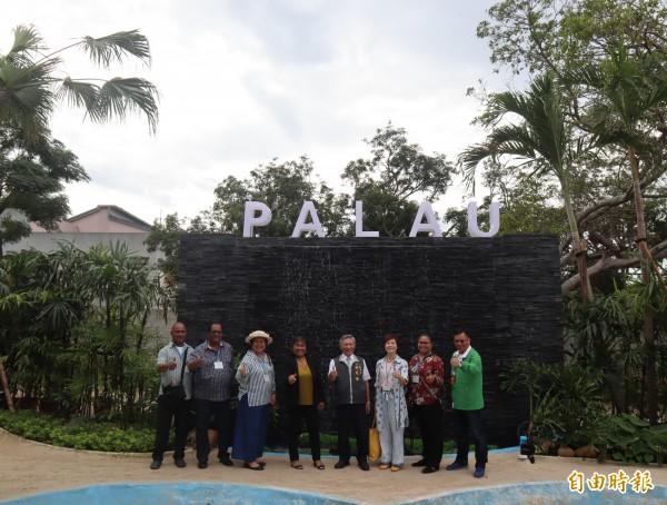 帛琉第一夫人雷黛比(左四)至台中花博后里森林園區參觀國際庭園中的「亞太友邦聯合庭園」。(記者歐素美攝)