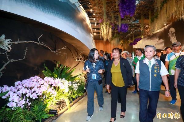 帛琉第一夫人雷黛比(左二)參觀花舞館,心情顯得相當愉悅。(記者歐素美攝)