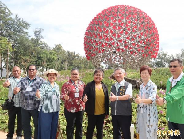 帛琉第一夫人雷黛比(左五)到花博后里園區參觀「聆聽花開的聲音」大型藝術裝置。(記者歐素美攝)