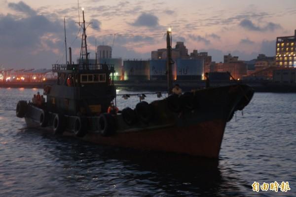 中國漁船刻意船上隱沒船名,企圖逃避我方登船臨檢。(記者劉禹慶攝)