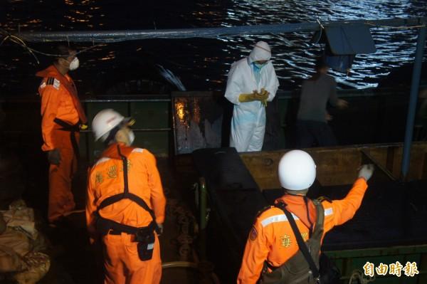 由於中國非洲豬瘟盛行,防疫人員登上中國漁船詳細檢查。(記者劉禹慶攝)