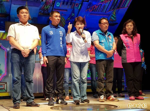 國民黨台中市長候選人盧秀燕(右3)今晚出席國民黨市議員候選人林孟令(左2)造勢晚會時,再提恢復老人健保補助、空污嚴重。(記者陳建志攝)