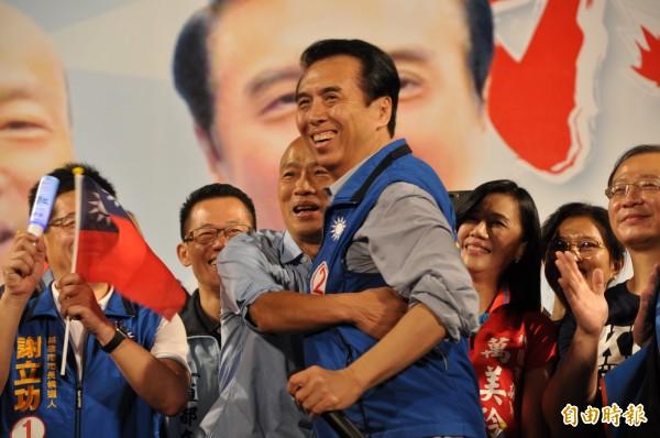 國民黨桃園市長候選人陳學聖(前右)與高雄市長候選人韓國瑜(前左)熱情相擁。(記者周敏鴻攝)