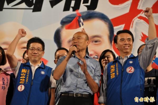 國民黨基隆市長候選人謝立功(左起)、高雄市長候選人韓國瑜、桃園市長候選人陳學聖同場造勢。(記者周敏鴻攝)
