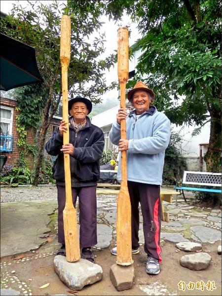 布農族人王貴明(右)向父親王平和學習、傳承杵音。(記者劉濱銓攝)