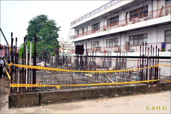九二一地震被判全倒的大里中興國宅,十多年前一度進行重建,卻因承包工程營造爭議造成工程停擺,至今基地還可看到當年重建留下的鋼筋。(記者陳建志攝)