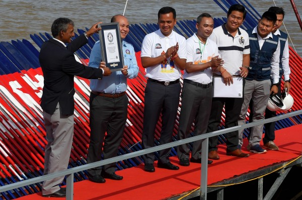 全長87.3公尺的龍舟今獲得世界最長龍舟的金氏世界紀錄證書。(法新社)
