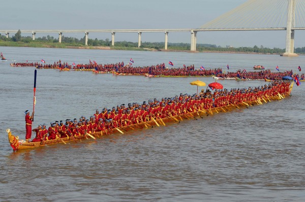 柬埔寨打造的一艘龍舟全長87.3公尺,打破由中國維持的金氏世界紀錄,成為世界最長的龍舟。(法新社)