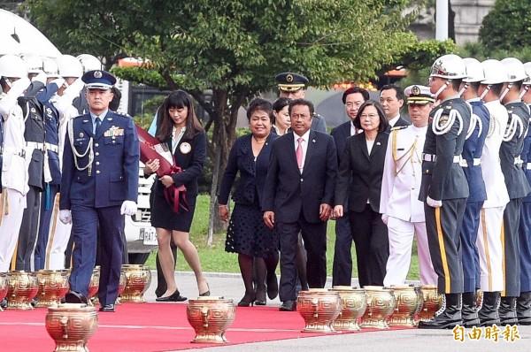 總統蔡英文12日下午在總統府前主持軍禮,歡迎來訪的我太平洋友邦帛琉共和國總統雷蒙傑索伉儷。(記者叢昌瑾攝)