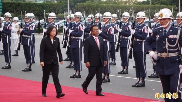 總統蔡英文12日在總統府前主持「軍禮歡迎帛琉共和國雷蒙傑索總統伉儷」。(記者叢昌瑾攝)