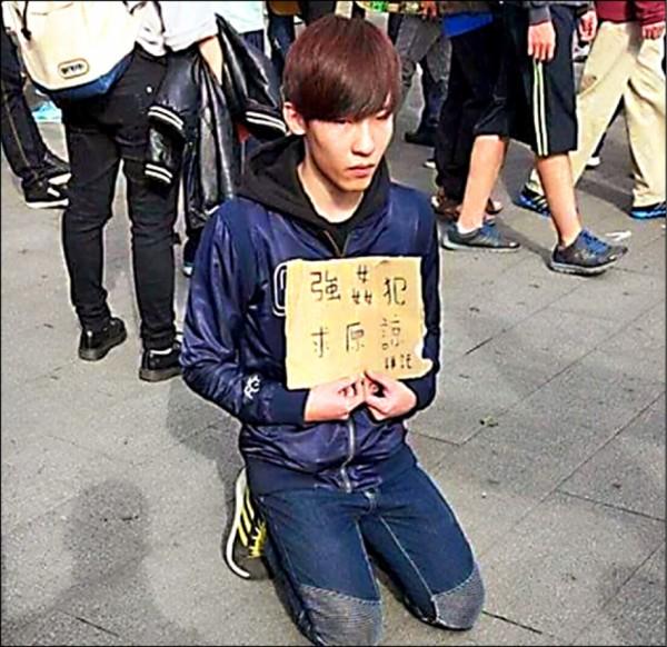 陳男性侵酒醉女子後,在西門町捷運站舉牌「洗門風」求原諒,仍被判刑三年。(翻攝自PTT八卦板)