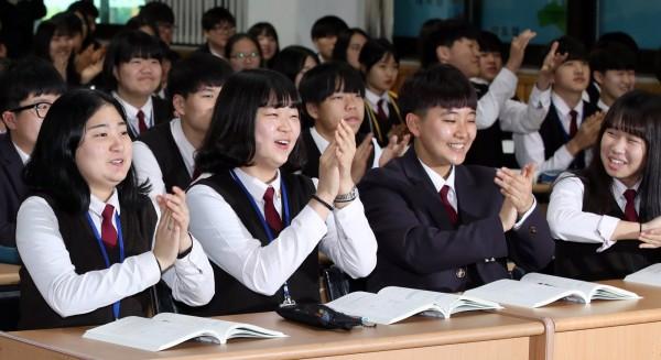 南韓高中生流行大學考試後去做整形手術,許多診所都會為考生祭出超值的優惠。韓國學生示意圖。(歐新社)