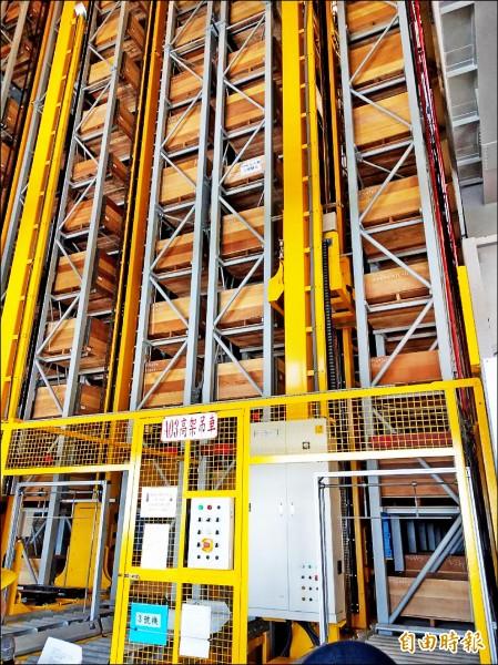 台鐵富岡基地內有高達4樓的自動倉儲系統,只需簡單操作就能存取維修保養材料。(資料照,記者鄭瑋奇攝)