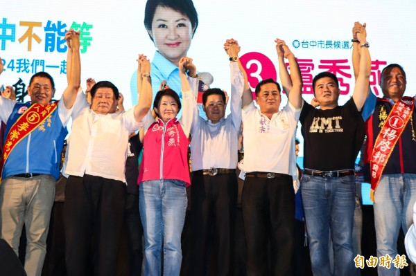 盧秀燕(左三)呼籲民眾支持。(記者張軒哲攝)