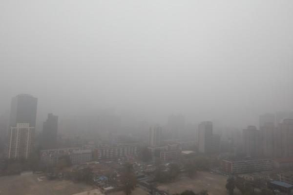 中國首都北京市今(14)日再度遭霧霾襲擊,為今年入冬以來最嚴重空汙。(歐新社)