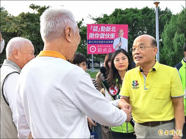 民進黨新北市長候選人蘇貞昌昨向晨運民眾打招呼問早。(記者李雅雯攝)