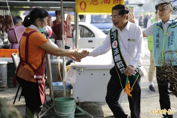 競選連任的民進黨市長涂醒哲,今上午到路口、市場拜票。(記者王善嬿攝)