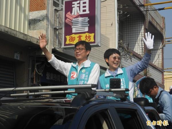 陳其邁(左)由立委林岱樺陪同,到林園掃街。(記者葛祐豪攝)